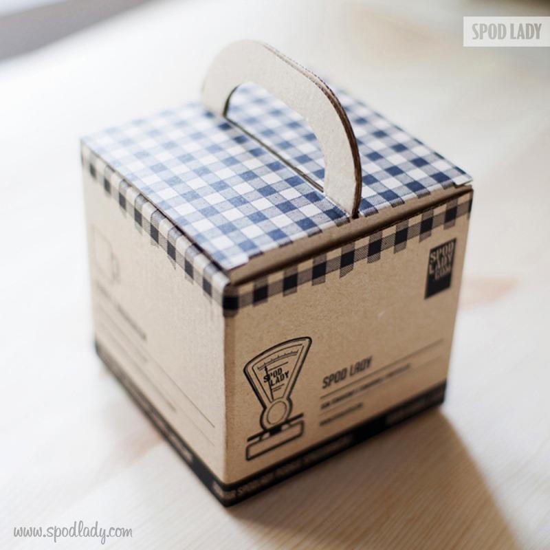 Kubek jest zapakowany w firmowy kartonik.