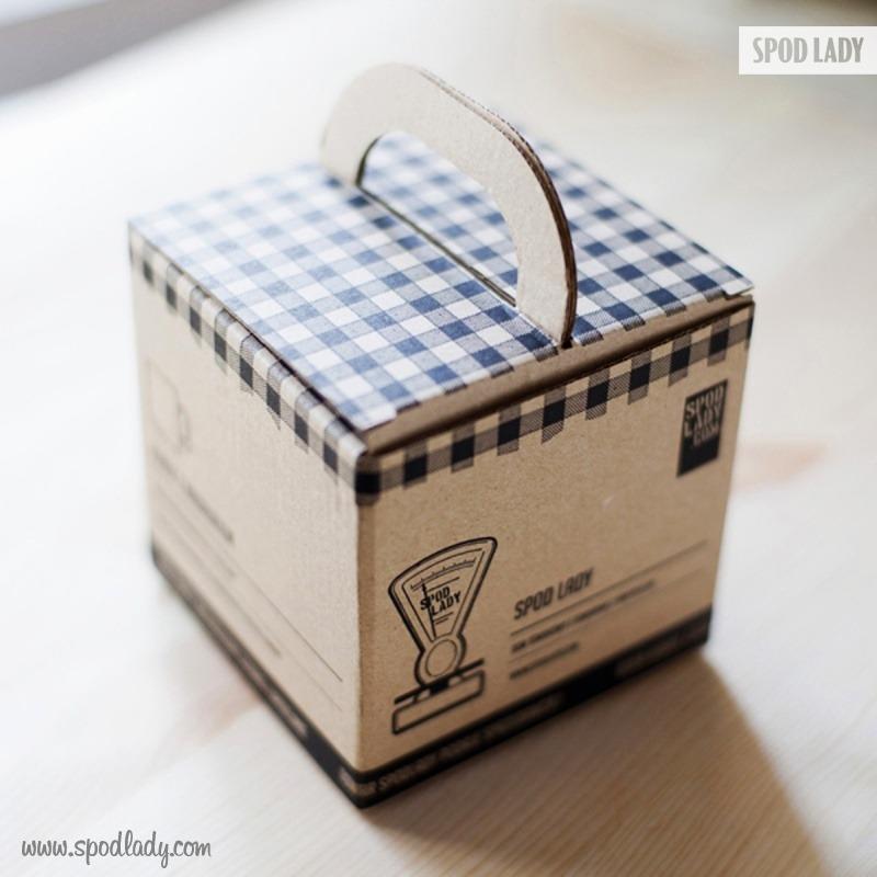 Kubek dla kury domowej pakujemy w firmowy kartonik. Pomysł na prezent.