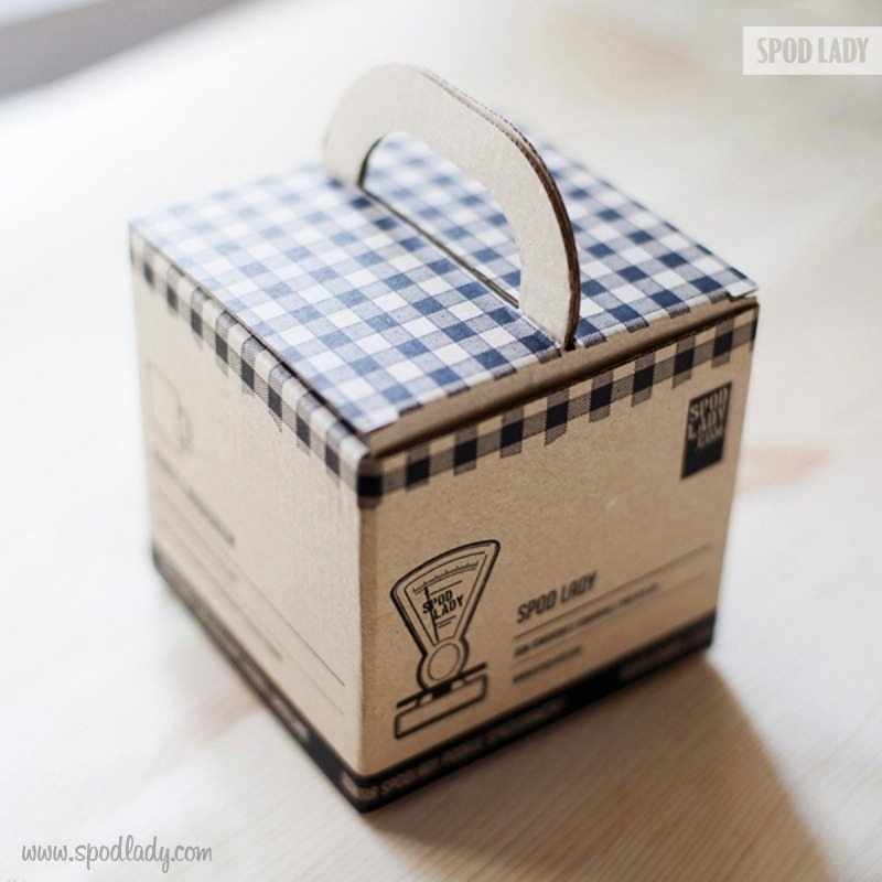 Kubek jest zapakowany w specjalny kartonik.