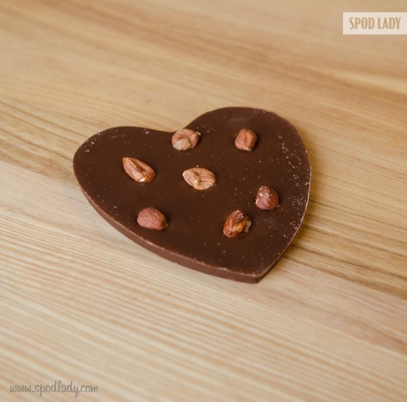 Słodki upominek, czyli czekolada w kształcie serca z orzechami.
