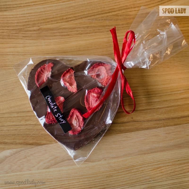 Czekolada w kształcie serca z truskawkami. Pomysł na słodki prezent.