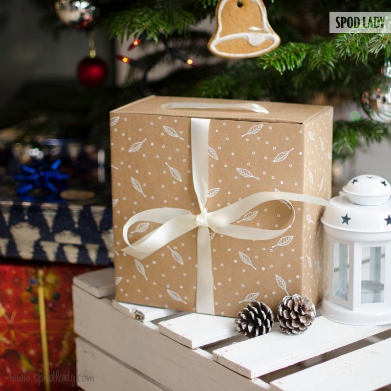 Zestaw prezentowy dla emeryta zapakowany w elegancki kartonik.