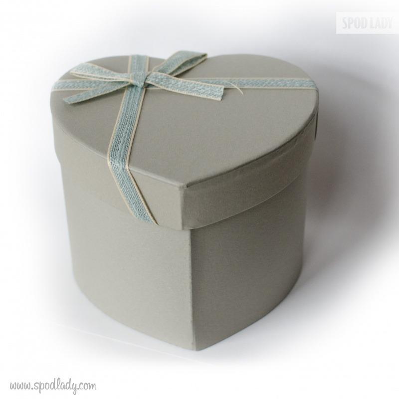 Pięknie zapakowany kubek. Pomysł na prezent od serca.