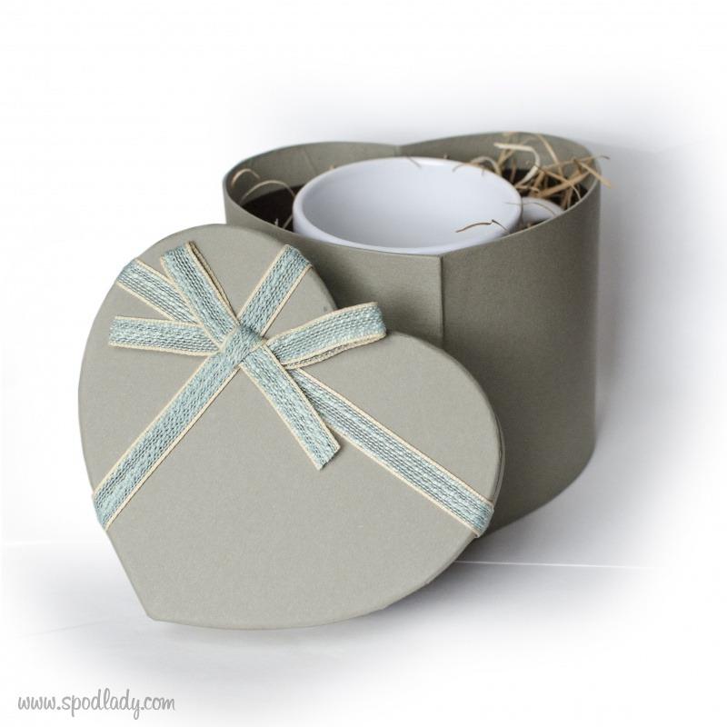 Kubek zapakowany w ozdobny kartonik w kształcie serca. W sam raz na prezent.