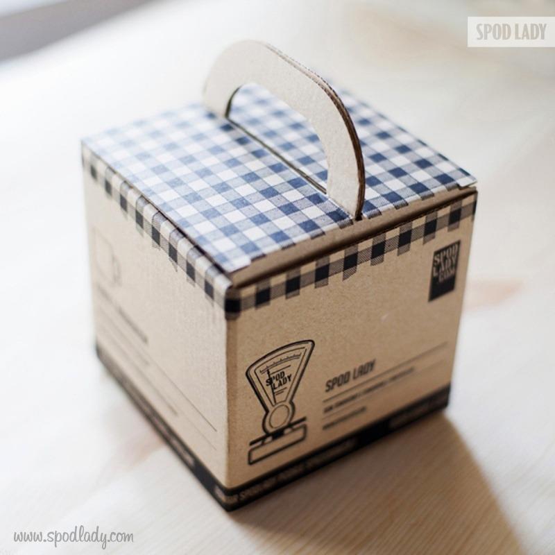 Kubki na prezent pakujemy w firmowe kartoniki.