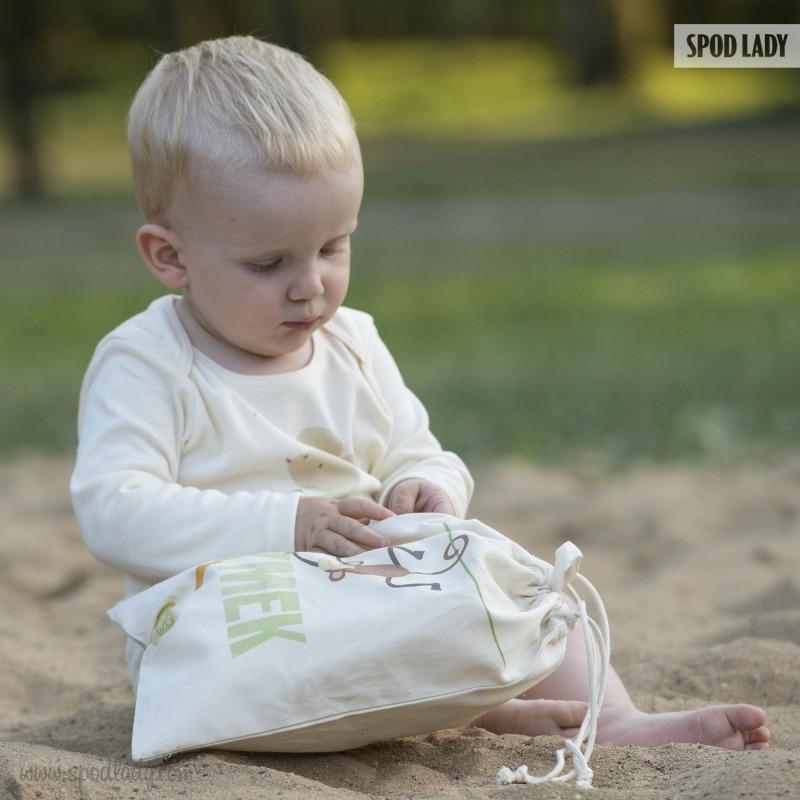 Woreczek na prezent dla dziecka ze wzorem małpki.
