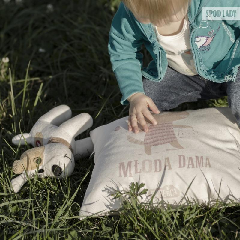 Poduszka dla małej dziewczynki z nadrukiem: Młoda dama.