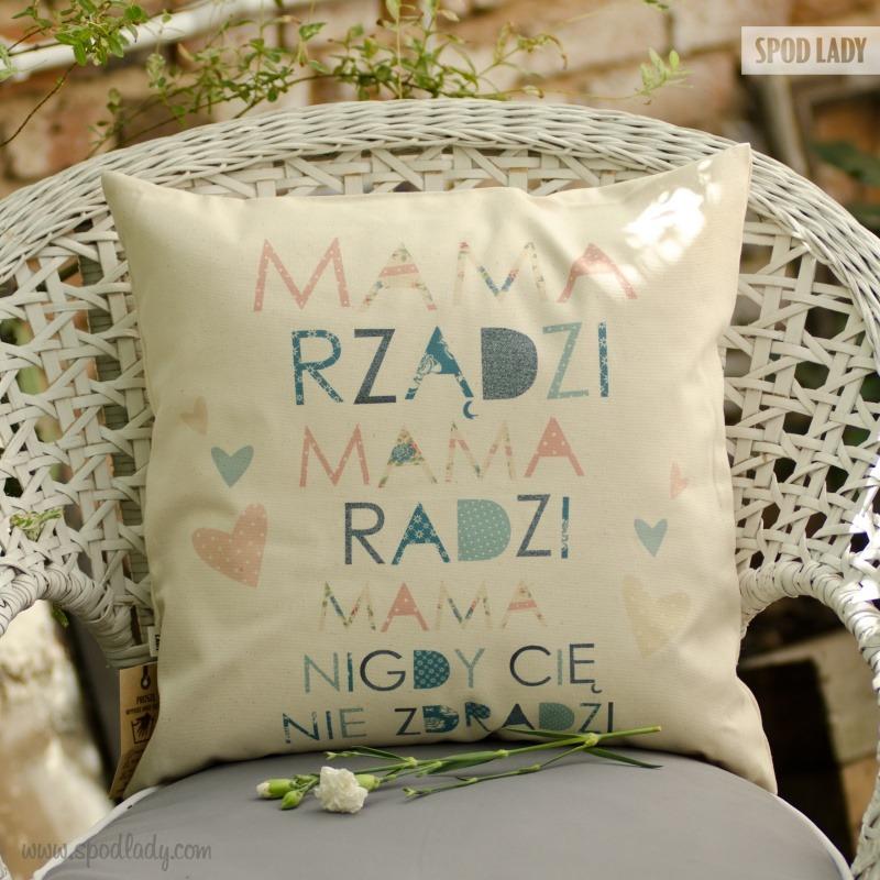 Poduszka dla mamy z zabawnym napisem. W sam raz na prezent.