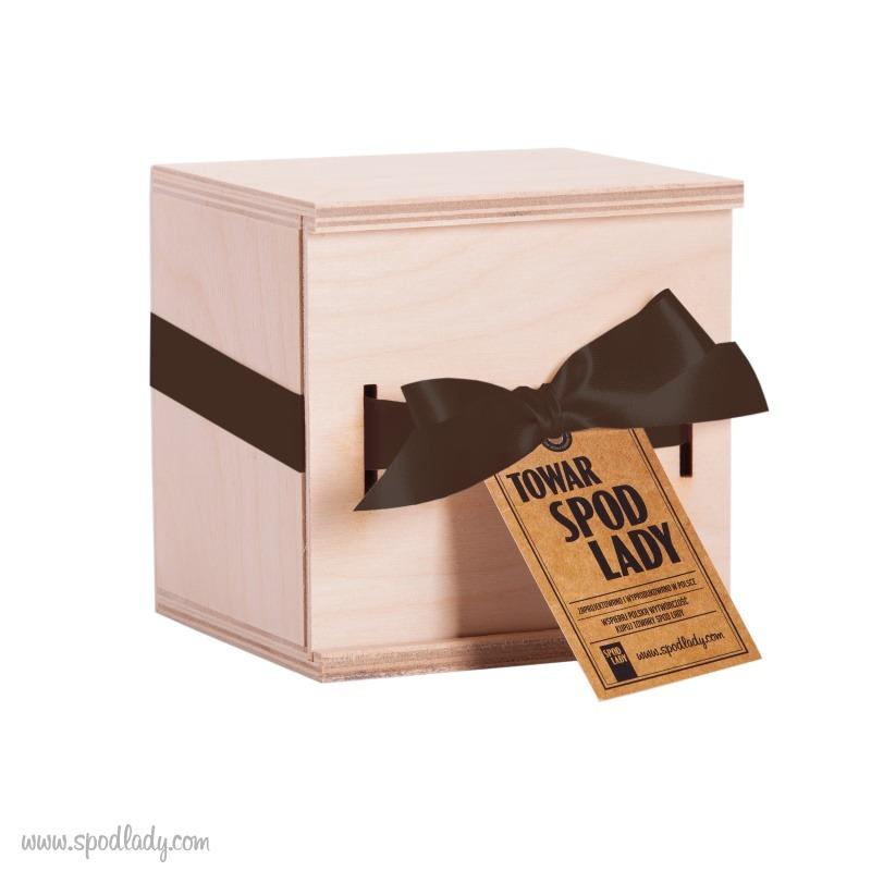 Kubek zapakowany jest w drewnianą skrzyneczkę.