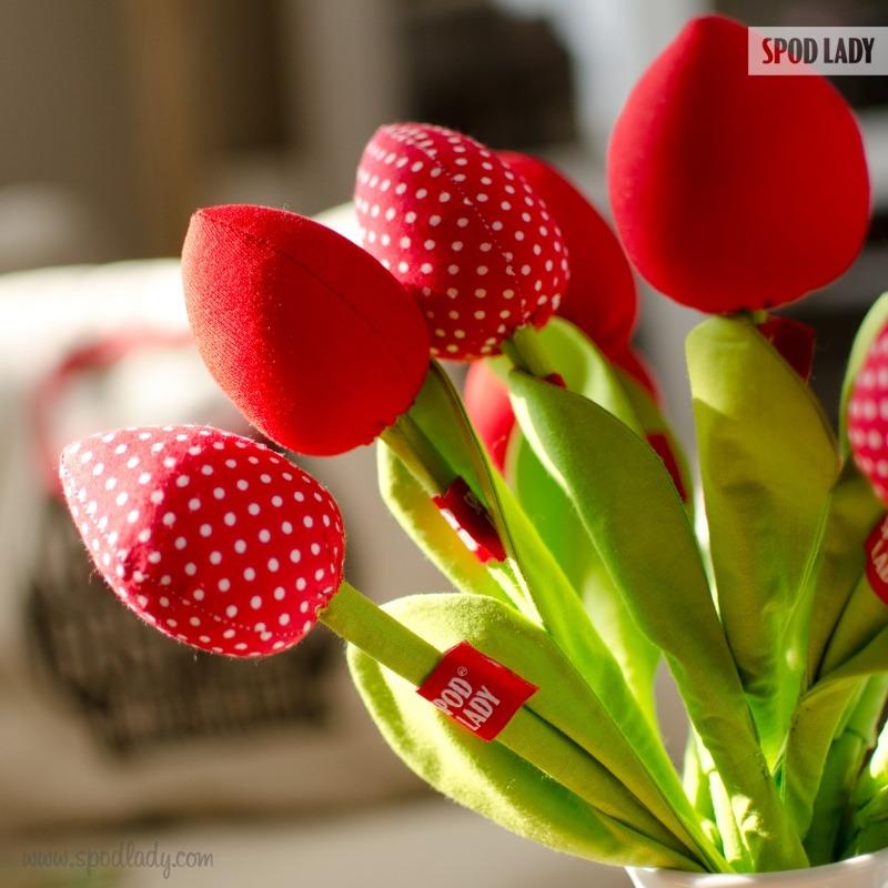 Materiałowe kwiaty na upominek dla kobiety. Pomysł na sympatyczny upominek.