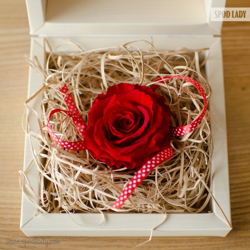 Pomysł na upominek od serca. Wieczna róża z możliwością wpisania dedykacji.