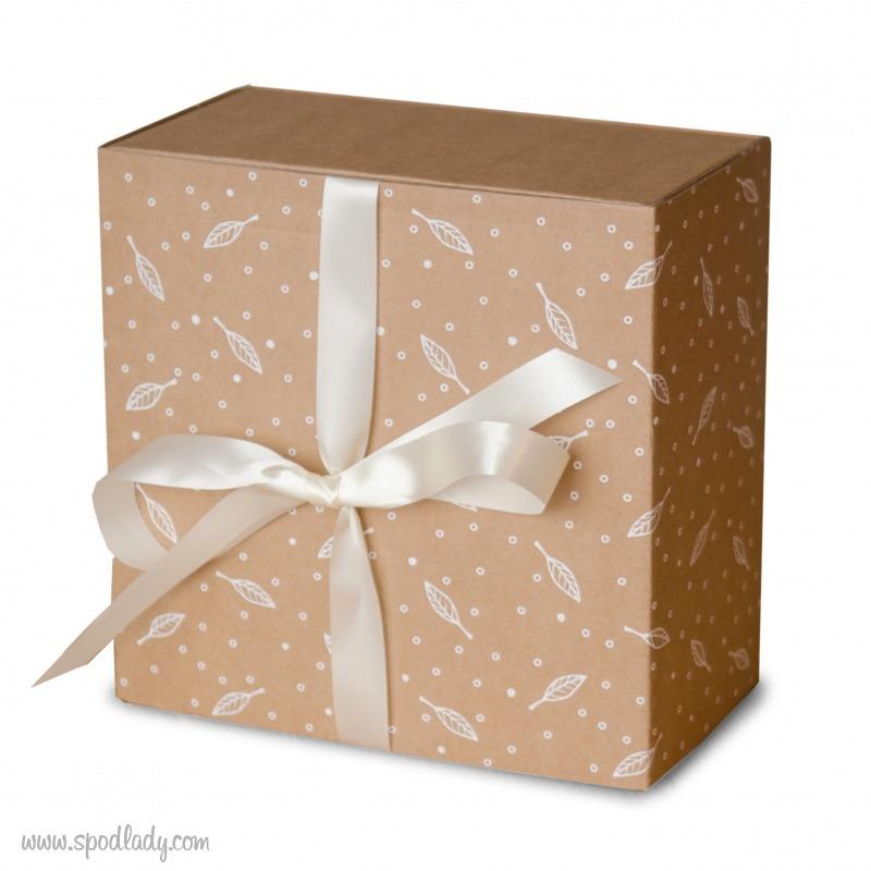 Zestaw prezentowy jest zapakowany w ozdobny kartonik.