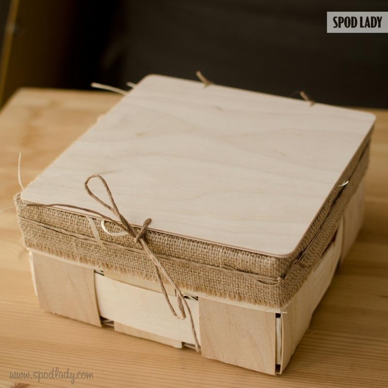 Zestaw kubków dla babci i dziadka zapakowany w skrzyneczkę.