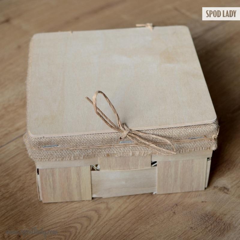 Zestaw prezentowy jest ładnie zapakowany w skrzyneczkę. Upominek gotowy do wręczenia.