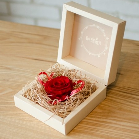 Wieczna róża w ozdobnym opakowaniu