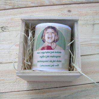 Dowolny kubek dla kobiety w drewnianej skrzynce
