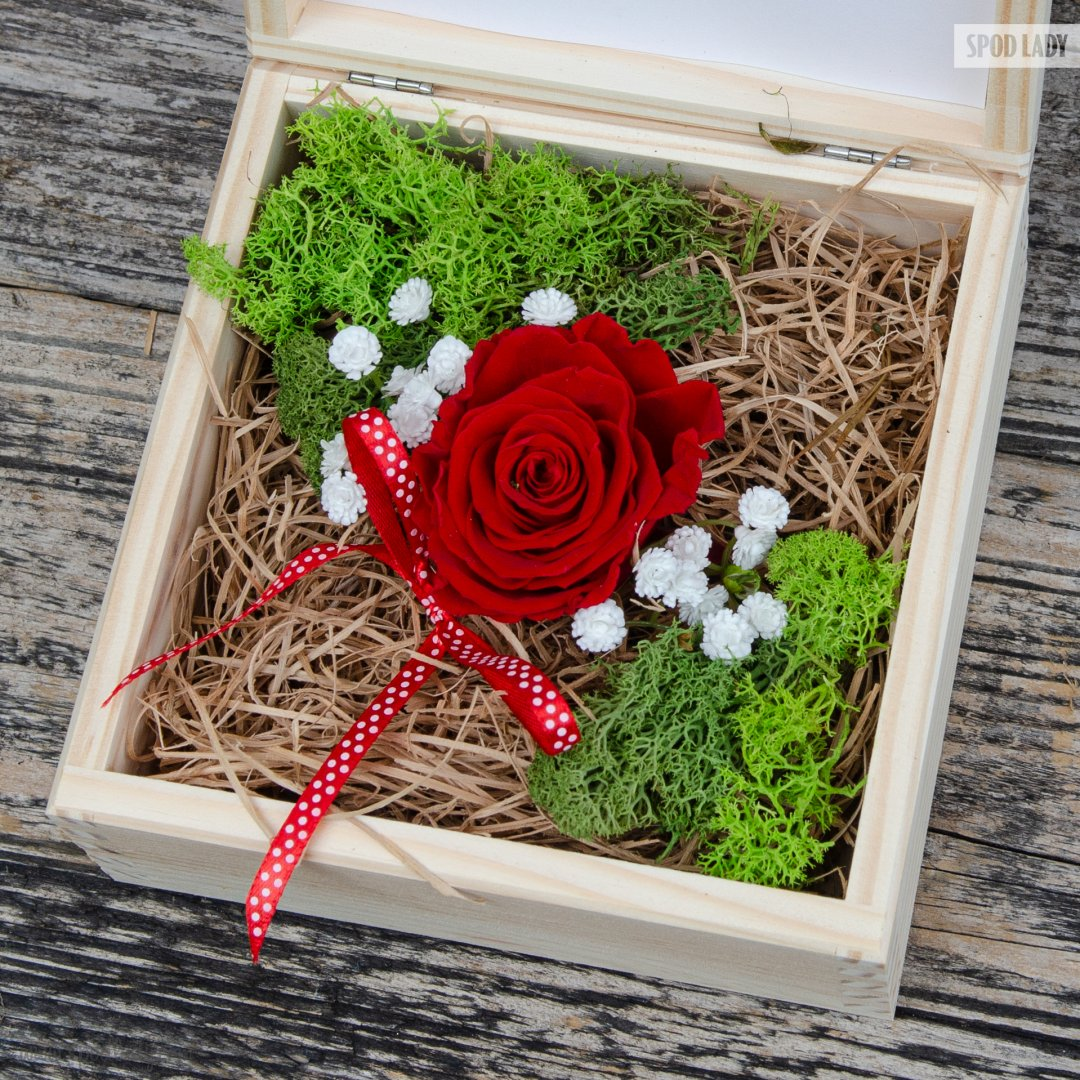 Róża w pudełku drewnianym