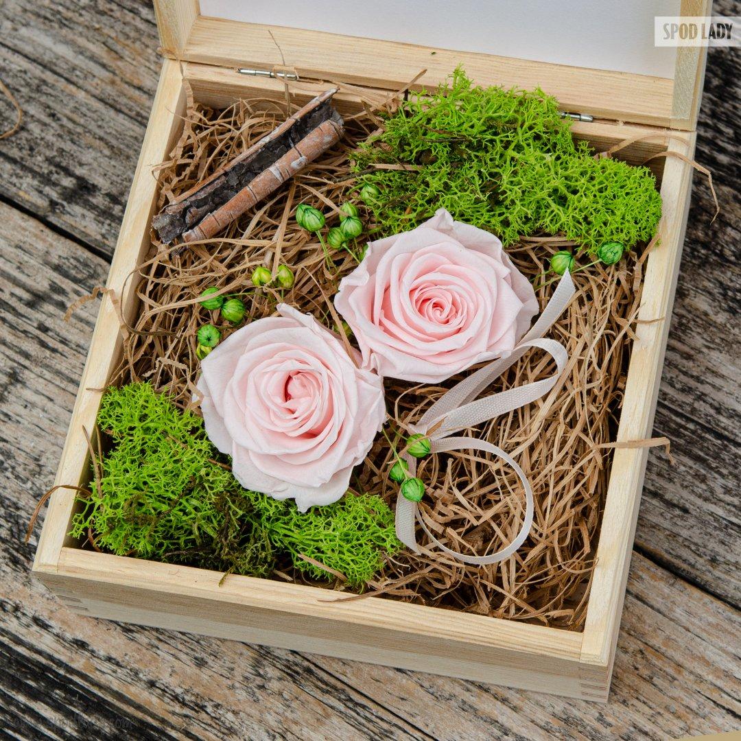 Dwie róże w pudełku drewnianym
